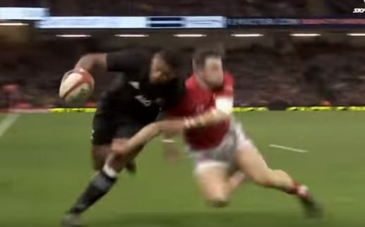 evans tackle naholo.jpg